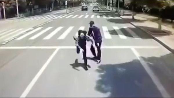 Đang đi giữa đường, thanh niên bỗng nhiên đẩy thẳng bạn gái vào đầu xe buýt đang chạy, biết được nguyên nhân ai nấy đều phẫn nộ-1