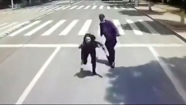 Đang đi giữa đường, thanh niên bỗng nhiên đẩy thẳng bạn gái vào đầu xe buýt đang chạy, biết được nguyên nhân ai nấy đều phẫn nộ-2