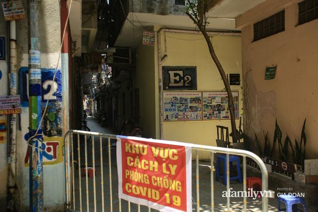 Hà Nội: Cách ly y tế 17 hộ gia đình khu tập thể 128C Đại La nơi có cháu bé 1 tuổi dương tính SARS-CoV-2-2