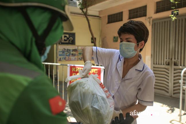 Hà Nội: Cách ly y tế 17 hộ gia đình khu tập thể 128C Đại La nơi có cháu bé 1 tuổi dương tính SARS-CoV-2-3