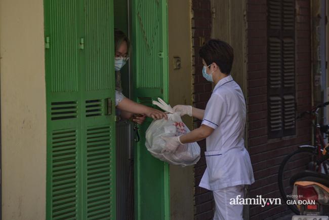 Hà Nội: Cách ly y tế 17 hộ gia đình khu tập thể 128C Đại La nơi có cháu bé 1 tuổi dương tính SARS-CoV-2-4