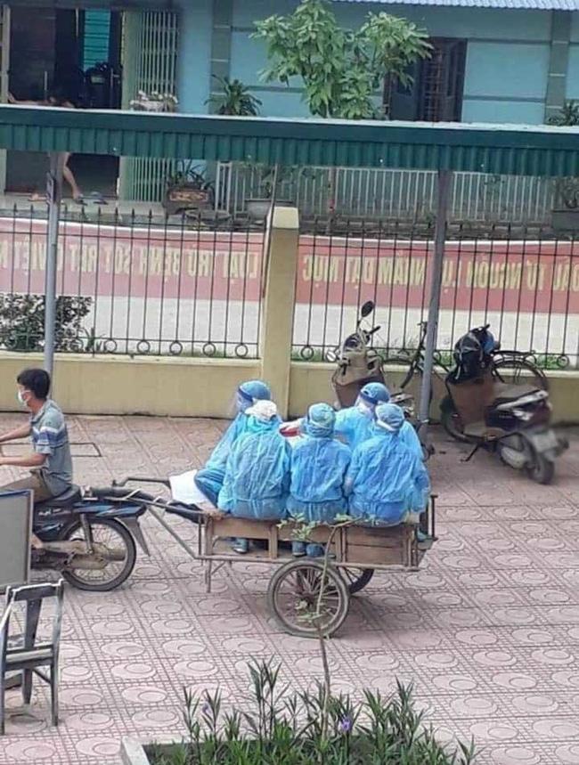 Hình ảnh xúc động trong ngày có tới 129 ca mắc COVID-19 mới: Nhân viên y tế kiệt sức ngủ gục tại chỗ, tình nguyện viên ngồi xe kéo ra tiền tuyến chống dịch-2