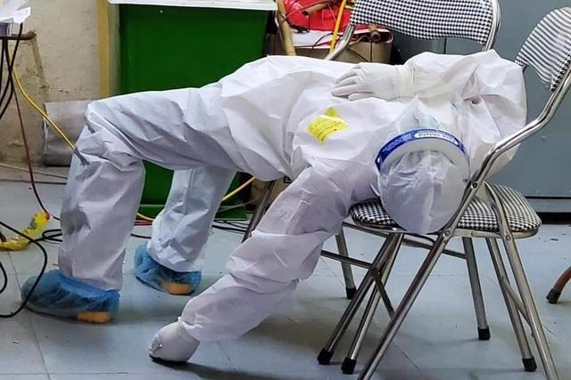 Hình ảnh xúc động trong ngày có tới 129 ca mắc COVID-19 mới: Nhân viên y tế kiệt sức ngủ gục tại chỗ, tình nguyện viên ngồi xe kéo ra tiền tuyến chống dịch-4