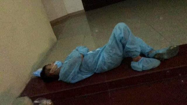 Hình ảnh xúc động trong ngày có tới 129 ca mắc COVID-19 mới: Nhân viên y tế kiệt sức ngủ gục tại chỗ, tình nguyện viên ngồi xe kéo ra tiền tuyến chống dịch-5