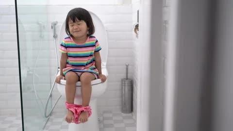 Con gái khóc dữ dội vì bố dội bồn cầu, mẹ lao vào kiểm tra thì suýt té ngửa trước lý do thật khó đỡ-1