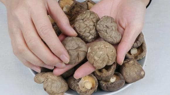 Khi mua nấm hương khô, người biết sẽ nhìn vào 6 điểm này để chọn, chủ cửa hàng đồ khô cũng phải thán phục-10