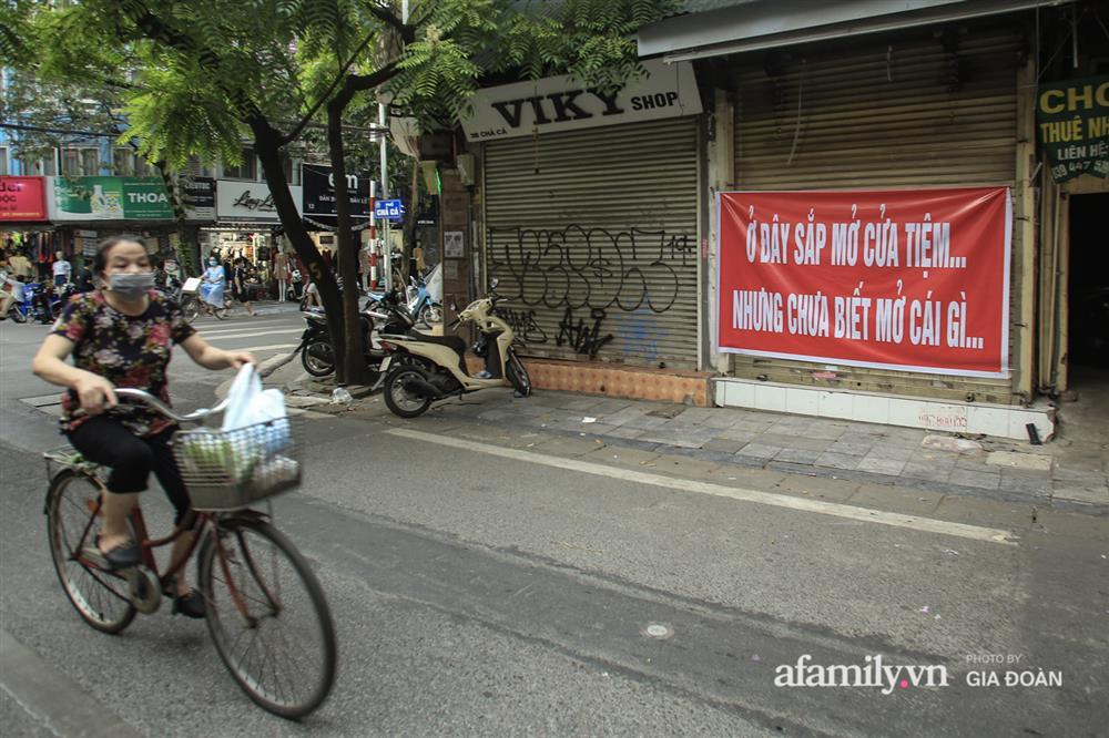 COVID-19 quay trở lại, siêu mặt tiền trên phố cổ Hà Nội ế ẩm treo biển sắp mở cửa tiệm nhưng chưa biết mở cái gì-2