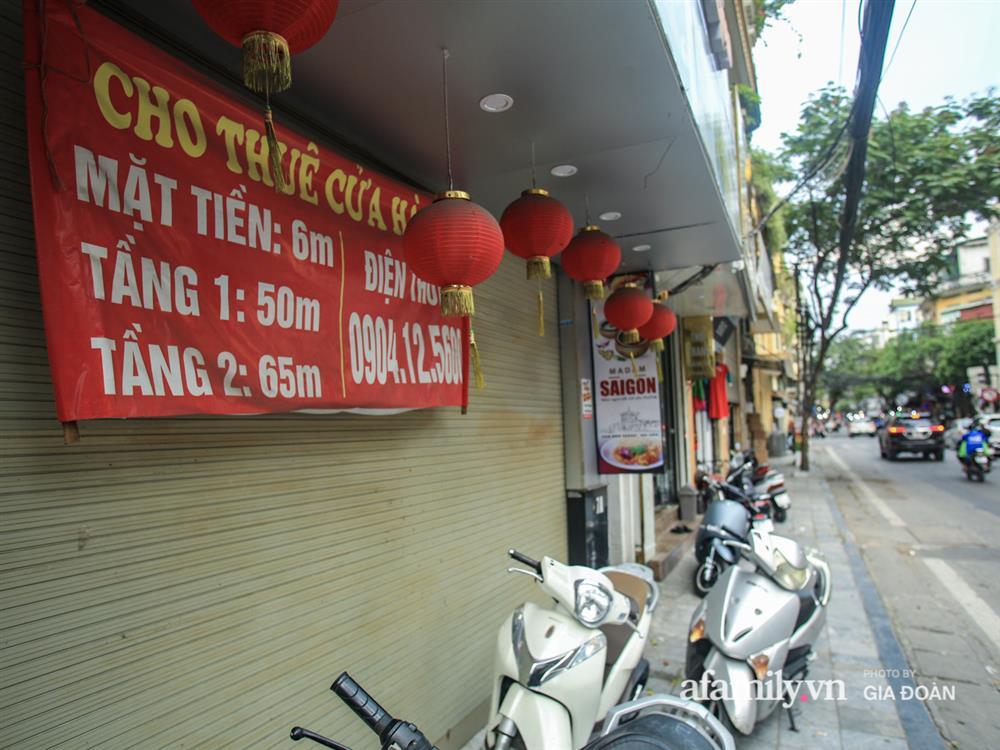 COVID-19 quay trở lại, siêu mặt tiền trên phố cổ Hà Nội ế ẩm treo biển sắp mở cửa tiệm nhưng chưa biết mở cái gì-3