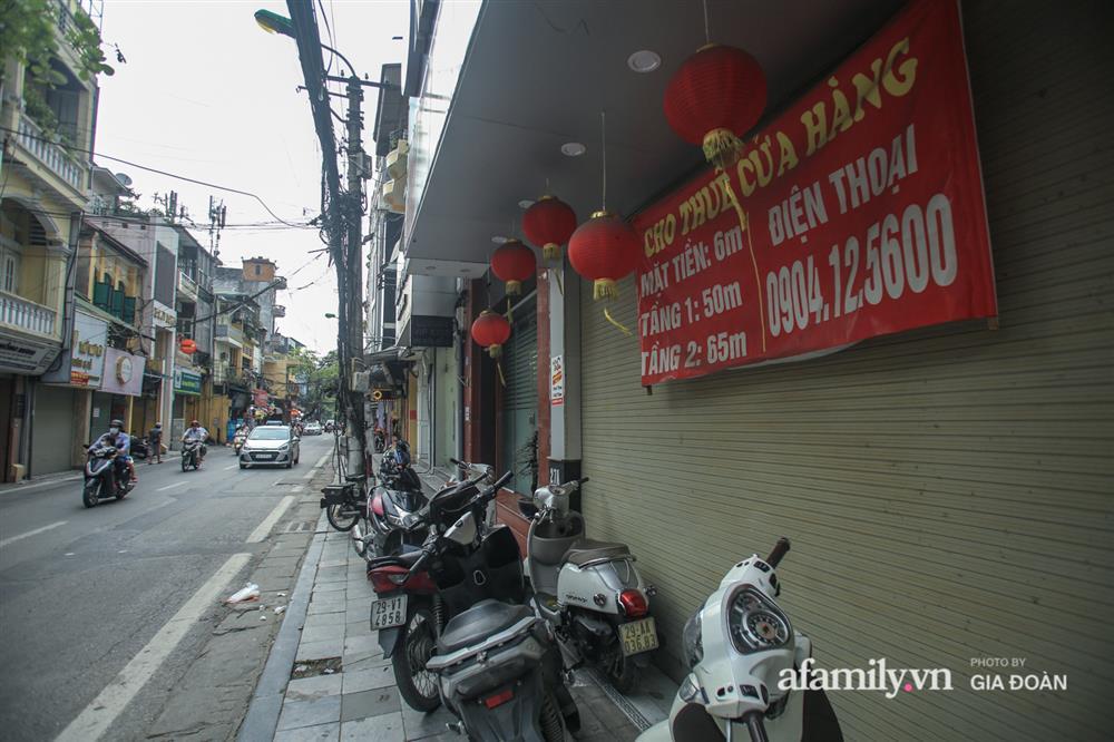 COVID-19 quay trở lại, siêu mặt tiền trên phố cổ Hà Nội ế ẩm treo biển sắp mở cửa tiệm nhưng chưa biết mở cái gì-4