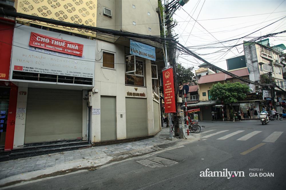 COVID-19 quay trở lại, siêu mặt tiền trên phố cổ Hà Nội ế ẩm treo biển sắp mở cửa tiệm nhưng chưa biết mở cái gì-5