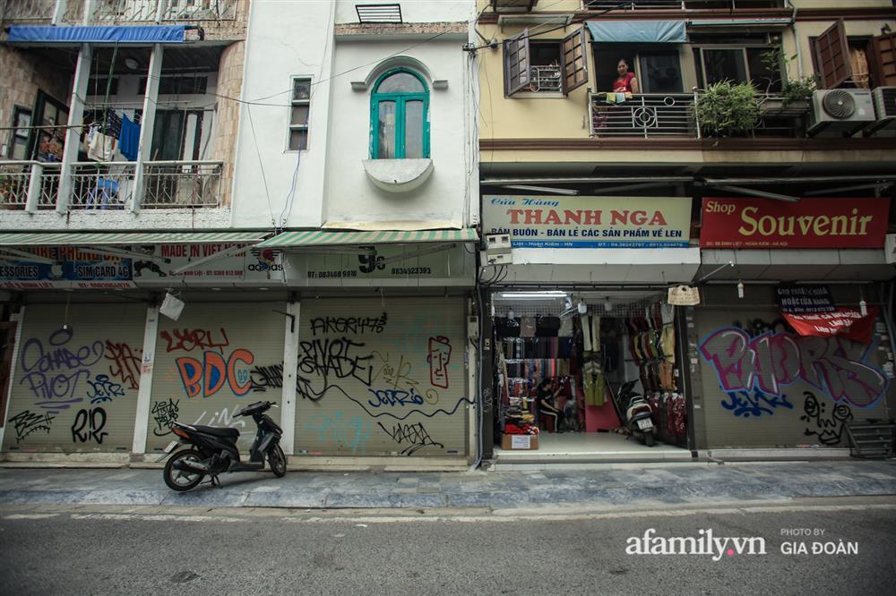 COVID-19 quay trở lại, siêu mặt tiền trên phố cổ Hà Nội ế ẩm treo biển sắp mở cửa tiệm nhưng chưa biết mở cái gì-8