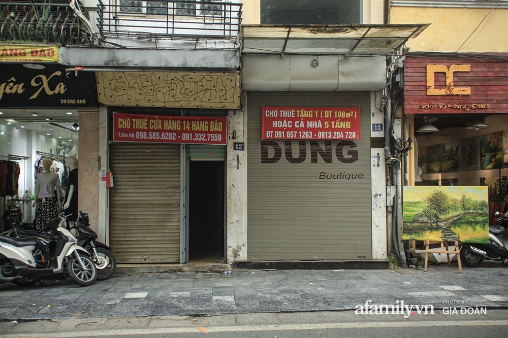 COVID-19 quay trở lại, siêu mặt tiền trên phố cổ Hà Nội ế ẩm treo biển sắp mở cửa tiệm nhưng chưa biết mở cái gì-9