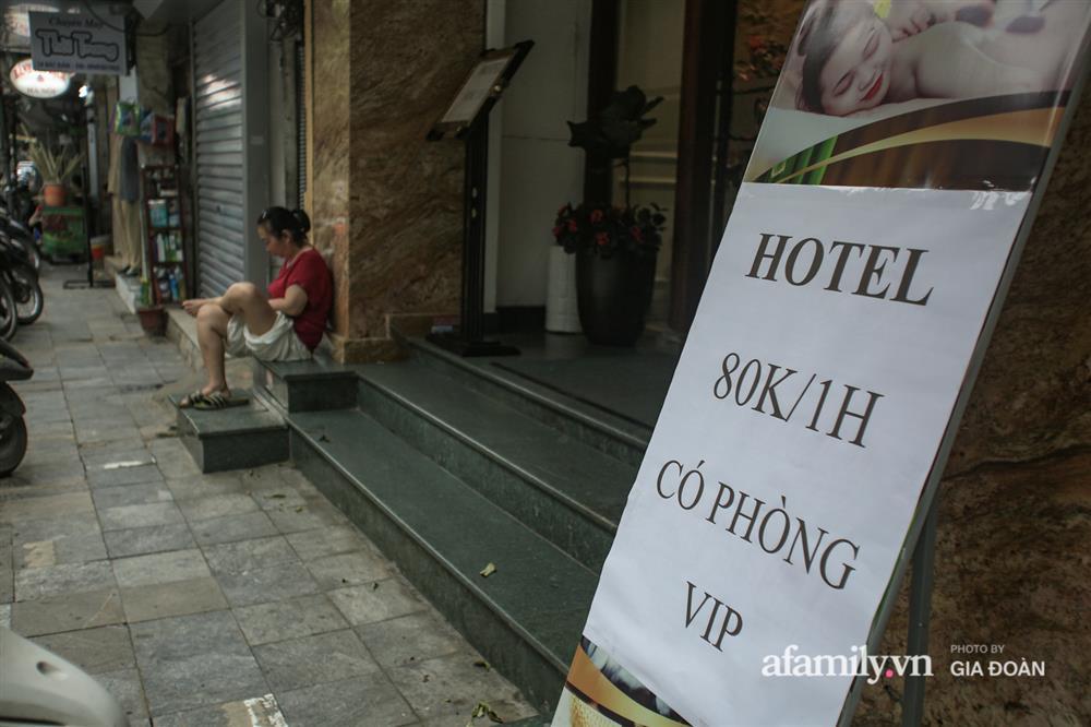 COVID-19 quay trở lại, siêu mặt tiền trên phố cổ Hà Nội ế ẩm treo biển sắp mở cửa tiệm nhưng chưa biết mở cái gì-11