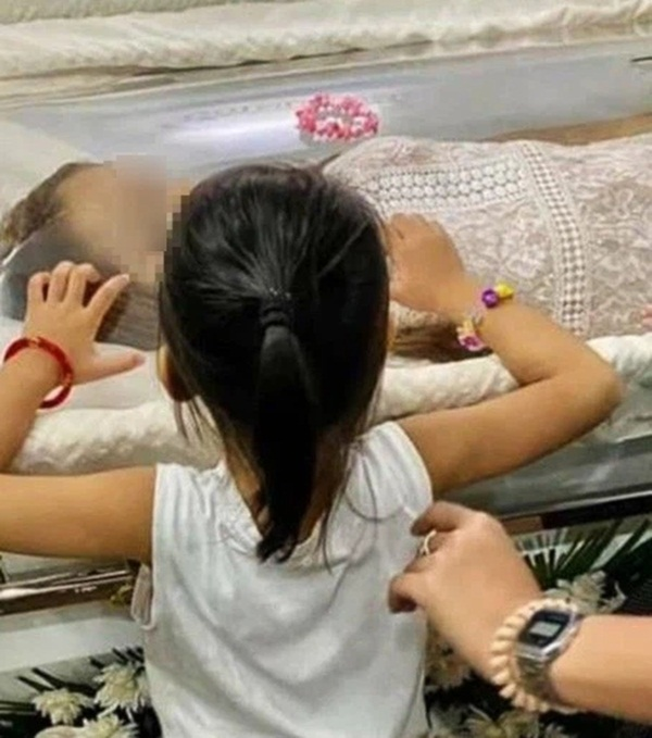 Dự đám tang bà ngoại trở về, bé gái đột ngột sốt cao, người mẹ lạnh gáy khi biết nguyên nhân đằng sau-1