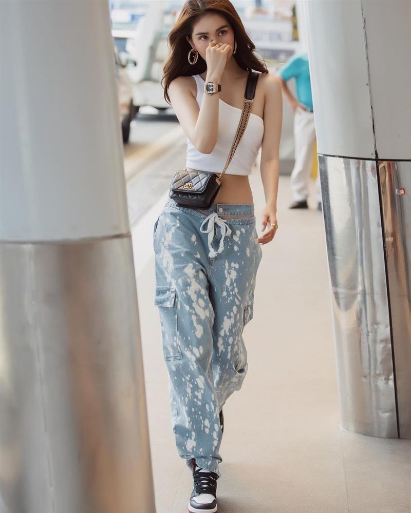 Vừa diện quần jeans 140 triệu, Ngọc Trinh đã vội quay xe với kiểu quần độc dị, soi giá lại rẻ giật mình-11