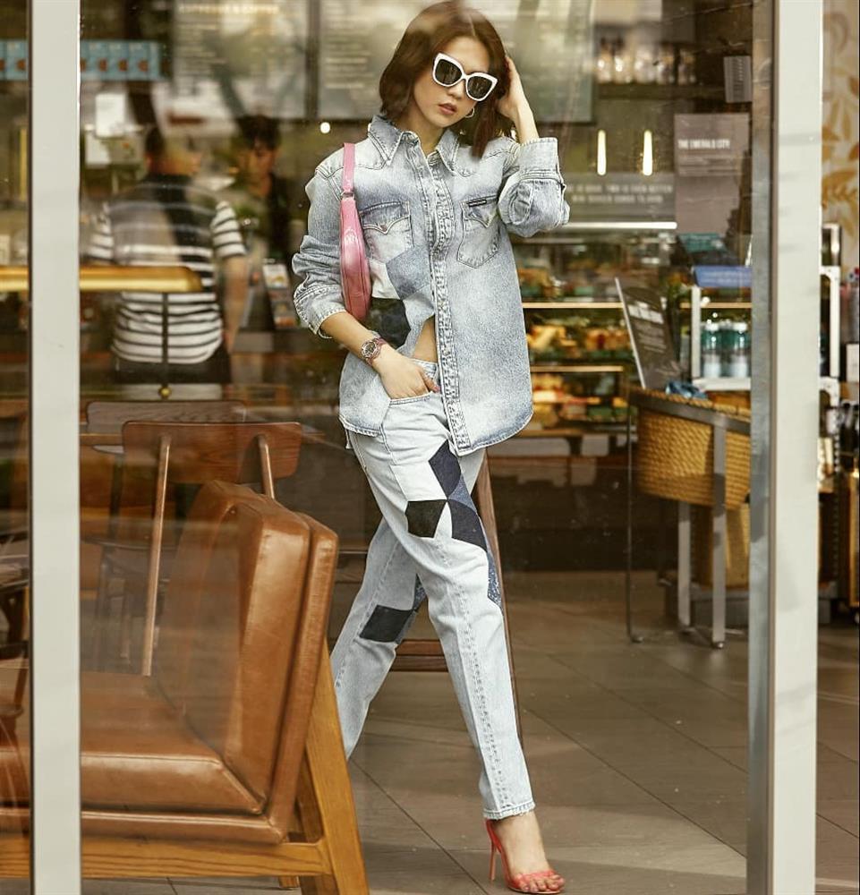 Vừa diện quần jeans 140 triệu, Ngọc Trinh đã vội quay xe với kiểu quần độc dị, soi giá lại rẻ giật mình-13