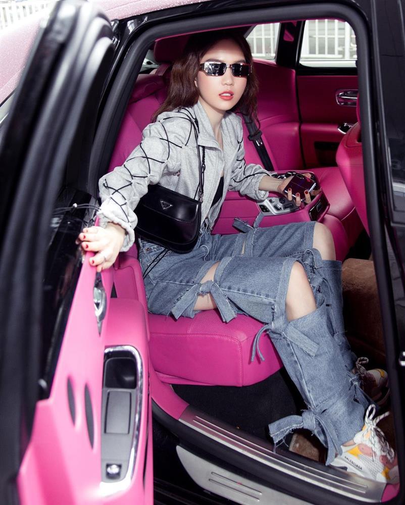 Vừa diện quần jeans 140 triệu, Ngọc Trinh đã vội quay xe với kiểu quần độc dị, soi giá lại rẻ giật mình-3