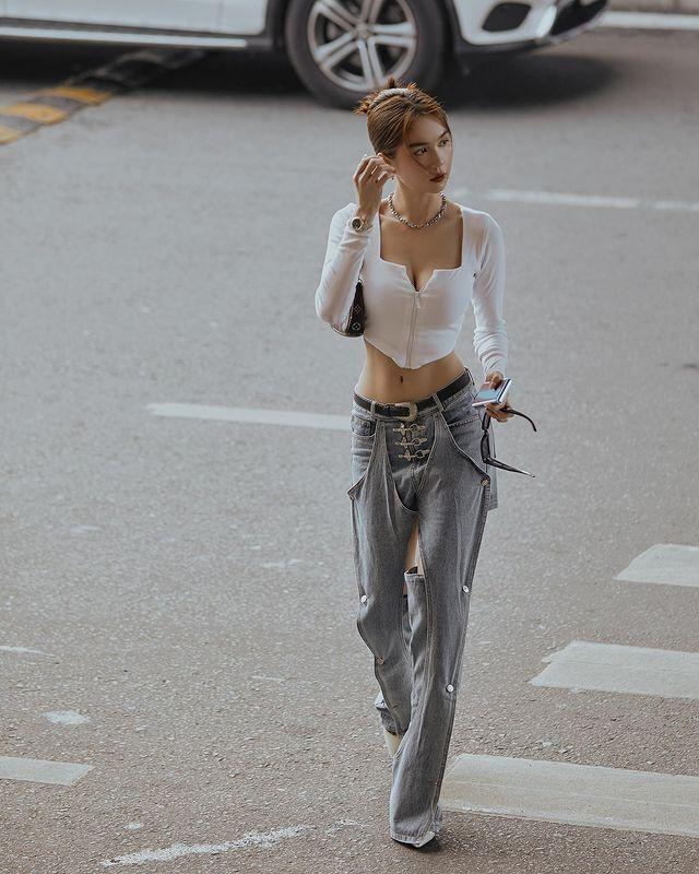 Vừa diện quần jeans 140 triệu, Ngọc Trinh đã vội quay xe với kiểu quần độc dị, soi giá lại rẻ giật mình-7