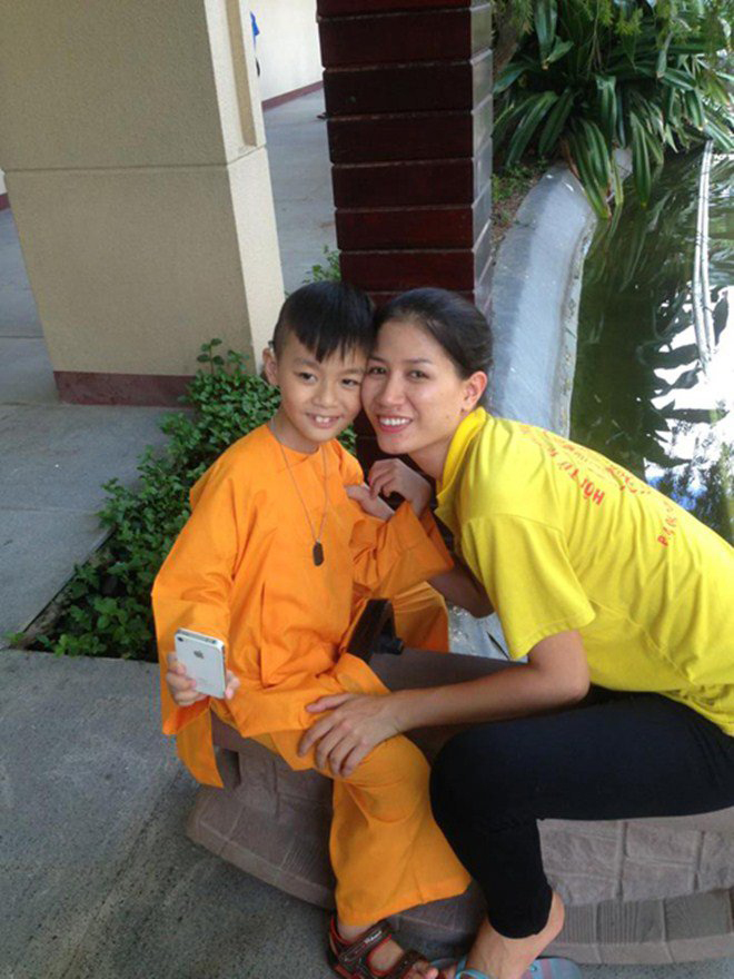 Đằng sau vẻ ngoài dữ dằn của Trang Trần: Âm thầm chăm sóc cậu con trai khuyết tật-1