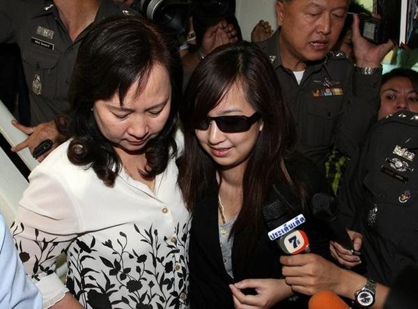 11 năm trước, tiểu thư Thái Lan gây tai nạn khiến 9 người chết vẫn thản nhiên bấm điện thoại tại hiện trường, diễn biến vụ án càng gây căm phẫn hơn-6