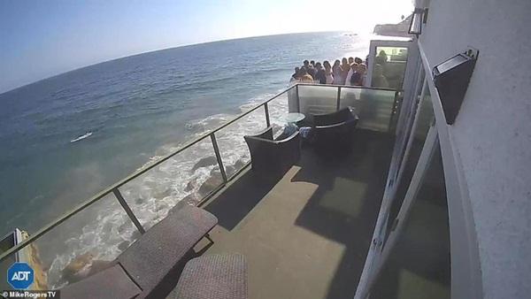 Thuê nhà ven biển cho 5 người ở nhưng mời tận 30 người đến chơi, nhóm bạn lĩnh ngay hậu quả khi ban công đổ sập xuống bãi đá bên dưới-1