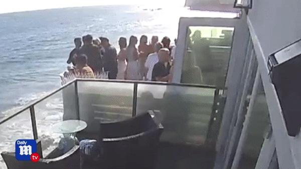 Thuê nhà ven biển cho 5 người ở nhưng mời tận 30 người đến chơi, nhóm bạn lĩnh ngay hậu quả khi ban công đổ sập xuống bãi đá bên dưới-7