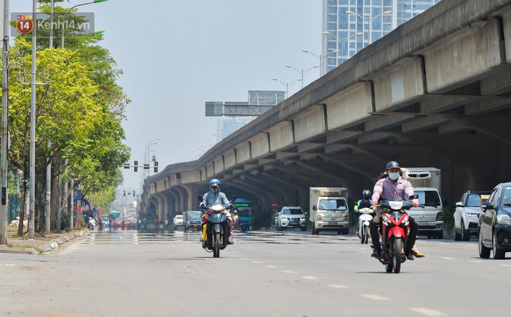 Ngày nắng nóng nhất từ đầu hè lên đến 40 độ C: Đường phố Hà Nội bốc hơi, người dân vất vả che kín mít-1