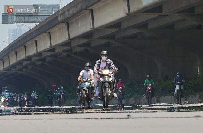 Ngày nắng nóng nhất từ đầu hè lên đến 40 độ C: Đường phố Hà Nội bốc hơi, người dân vất vả che kín mít-3