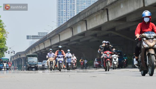 Ngày nắng nóng nhất từ đầu hè lên đến 40 độ C: Đường phố Hà Nội bốc hơi, người dân vất vả che kín mít-4