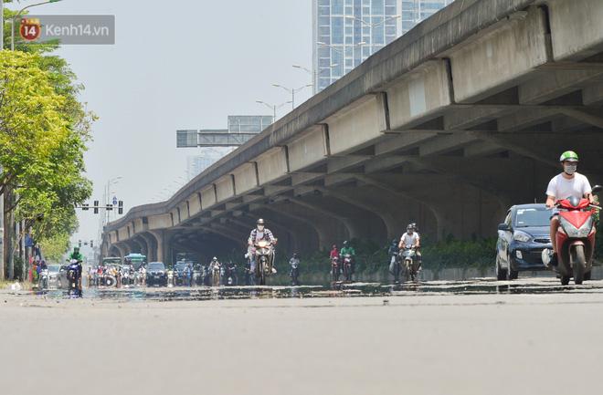 Ngày nắng nóng nhất từ đầu hè lên đến 40 độ C: Đường phố Hà Nội bốc hơi, người dân vất vả che kín mít-5