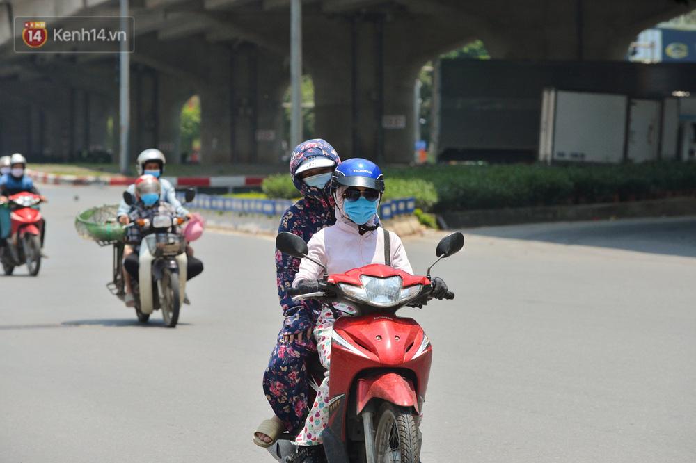 Ngày nắng nóng nhất từ đầu hè lên đến 40 độ C: Đường phố Hà Nội bốc hơi, người dân vất vả che kín mít-6