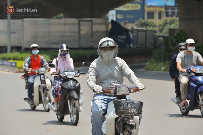 Ngày nắng nóng nhất từ đầu hè lên đến 40 độ C: Đường phố Hà Nội bốc hơi, người dân vất vả che kín mít-10
