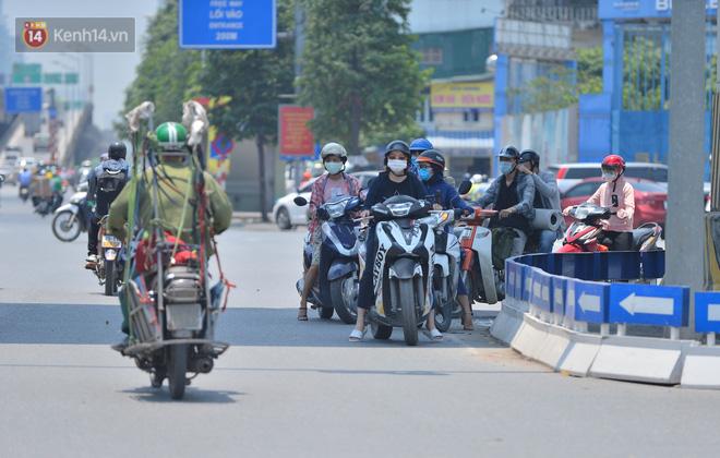 Ngày nắng nóng nhất từ đầu hè lên đến 40 độ C: Đường phố Hà Nội bốc hơi, người dân vất vả che kín mít-11