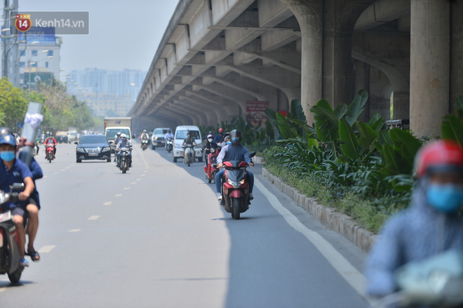 Ngày nắng nóng nhất từ đầu hè lên đến 40 độ C: Đường phố Hà Nội bốc hơi, người dân vất vả che kín mít-12