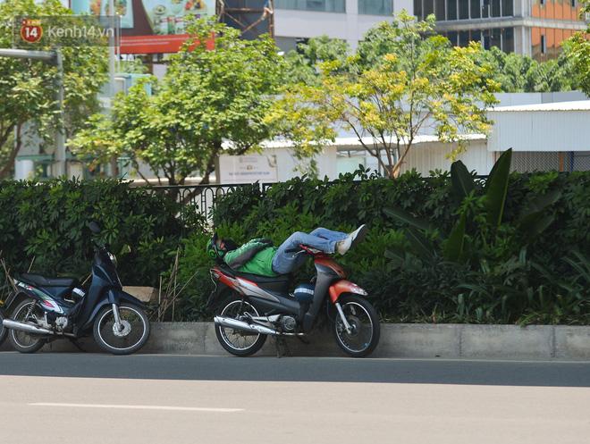 Ngày nắng nóng nhất từ đầu hè lên đến 40 độ C: Đường phố Hà Nội bốc hơi, người dân vất vả che kín mít-14