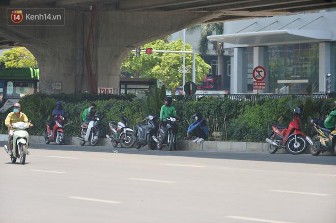 Ngày nắng nóng nhất từ đầu hè lên đến 40 độ C: Đường phố Hà Nội bốc hơi, người dân vất vả che kín mít-15