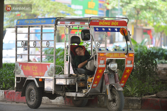 Ngày nắng nóng nhất từ đầu hè lên đến 40 độ C: Đường phố Hà Nội bốc hơi, người dân vất vả che kín mít-16