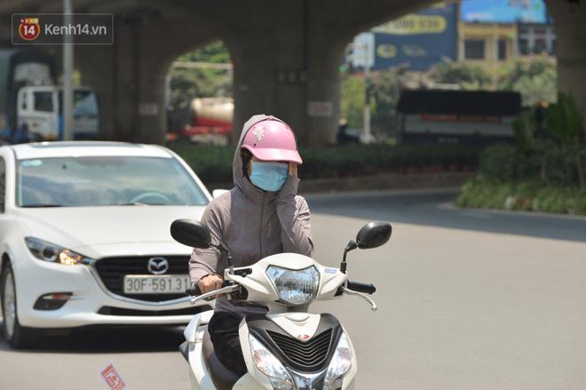 Ngày nắng nóng nhất từ đầu hè lên đến 40 độ C: Đường phố Hà Nội bốc hơi, người dân vất vả che kín mít-7