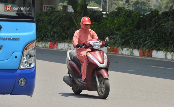 Ngày nắng nóng nhất từ đầu hè lên đến 40 độ C: Đường phố Hà Nội bốc hơi, người dân vất vả che kín mít-8