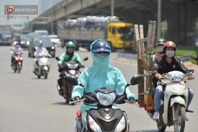 Ngày nắng nóng nhất từ đầu hè lên đến 40 độ C: Đường phố Hà Nội bốc hơi, người dân vất vả che kín mít-9