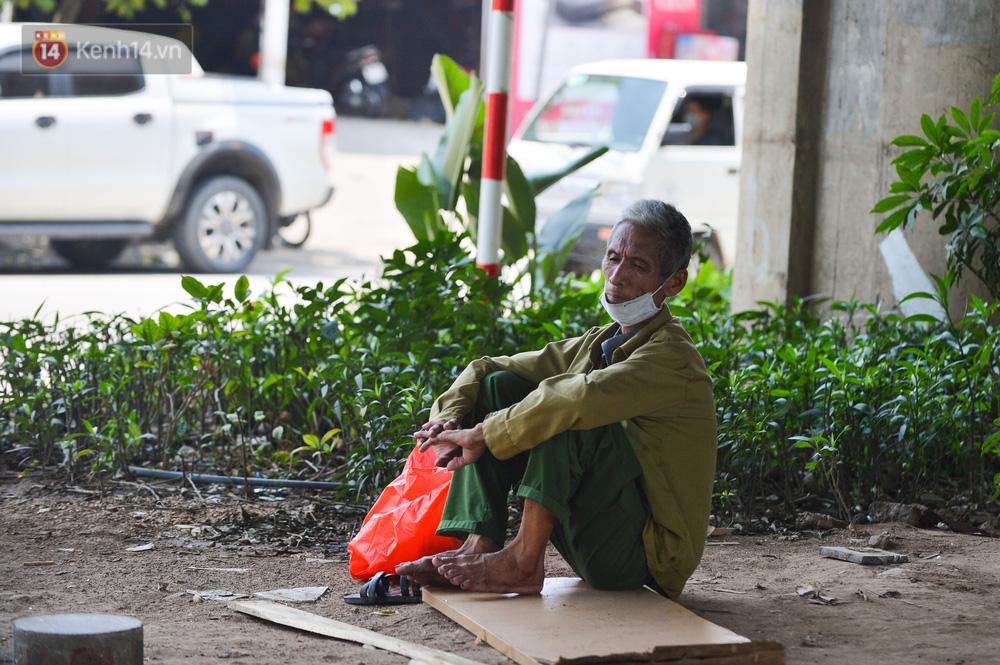 Ngày nắng nóng nhất từ đầu hè lên đến 40 độ C: Đường phố Hà Nội bốc hơi, người dân vất vả che kín mít-19