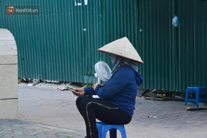 Ngày nắng nóng nhất từ đầu hè lên đến 40 độ C: Đường phố Hà Nội bốc hơi, người dân vất vả che kín mít-20