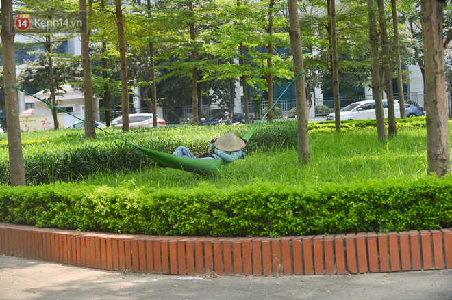 Ngày nắng nóng nhất từ đầu hè lên đến 40 độ C: Đường phố Hà Nội bốc hơi, người dân vất vả che kín mít-22