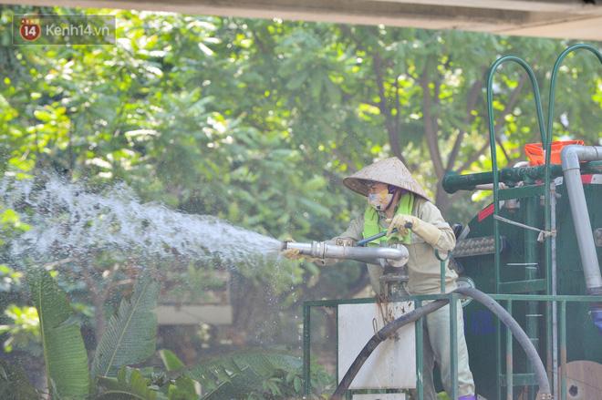 Ngày nắng nóng nhất từ đầu hè lên đến 40 độ C: Đường phố Hà Nội bốc hơi, người dân vất vả che kín mít-23