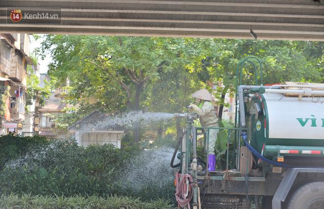 Ngày nắng nóng nhất từ đầu hè lên đến 40 độ C: Đường phố Hà Nội bốc hơi, người dân vất vả che kín mít-24