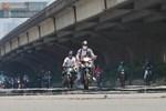 Ngày nắng nóng nhất từ đầu hè lên đến 40 độ C: Đường phố Hà Nội 'bốc hơi', người dân vất vả che kín mít