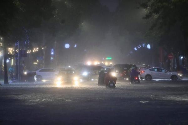 Ảnh, clip: Mưa dông gió giật kèm sấm chớp kinh hoàng ập xuống giờ tan tầm, Hà Nội ngập khắp các tuyến đường-3