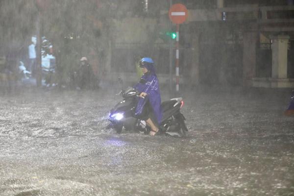 Ảnh, clip: Mưa dông gió giật kèm sấm chớp kinh hoàng ập xuống giờ tan tầm, Hà Nội ngập khắp các tuyến đường-5