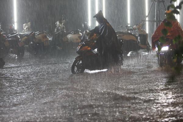 Ảnh, clip: Mưa dông gió giật kèm sấm chớp kinh hoàng ập xuống giờ tan tầm, Hà Nội ngập khắp các tuyến đường-7