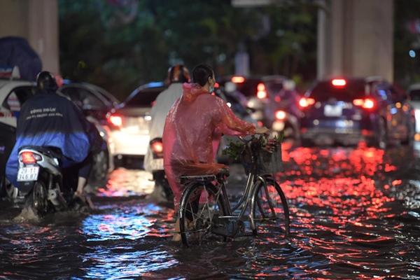 Ảnh, clip: Mưa dông gió giật kèm sấm chớp kinh hoàng ập xuống giờ tan tầm, Hà Nội ngập khắp các tuyến đường-13